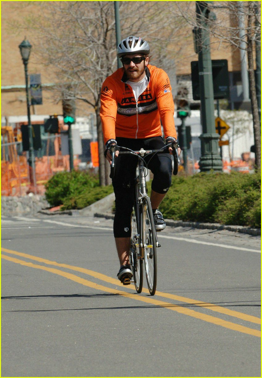 jake gyllenhaal riding bicycle06