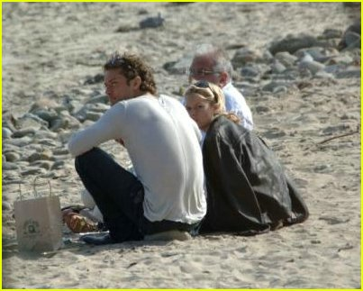 jude law sienna miller beach01