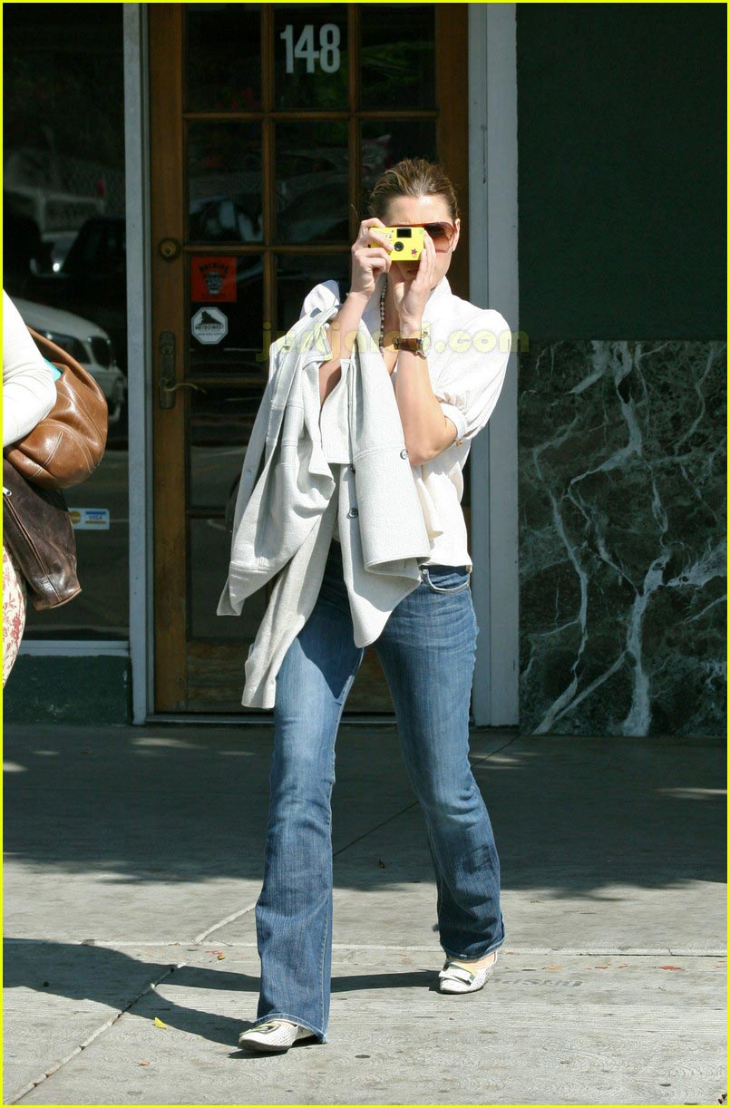 jessica biel taking pictures with camera 02