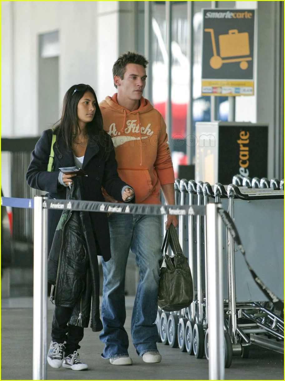 jonathan rhys meyers reena hammer airport 06