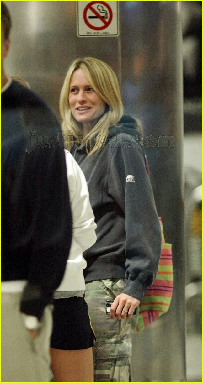 robin wright penn airport 01