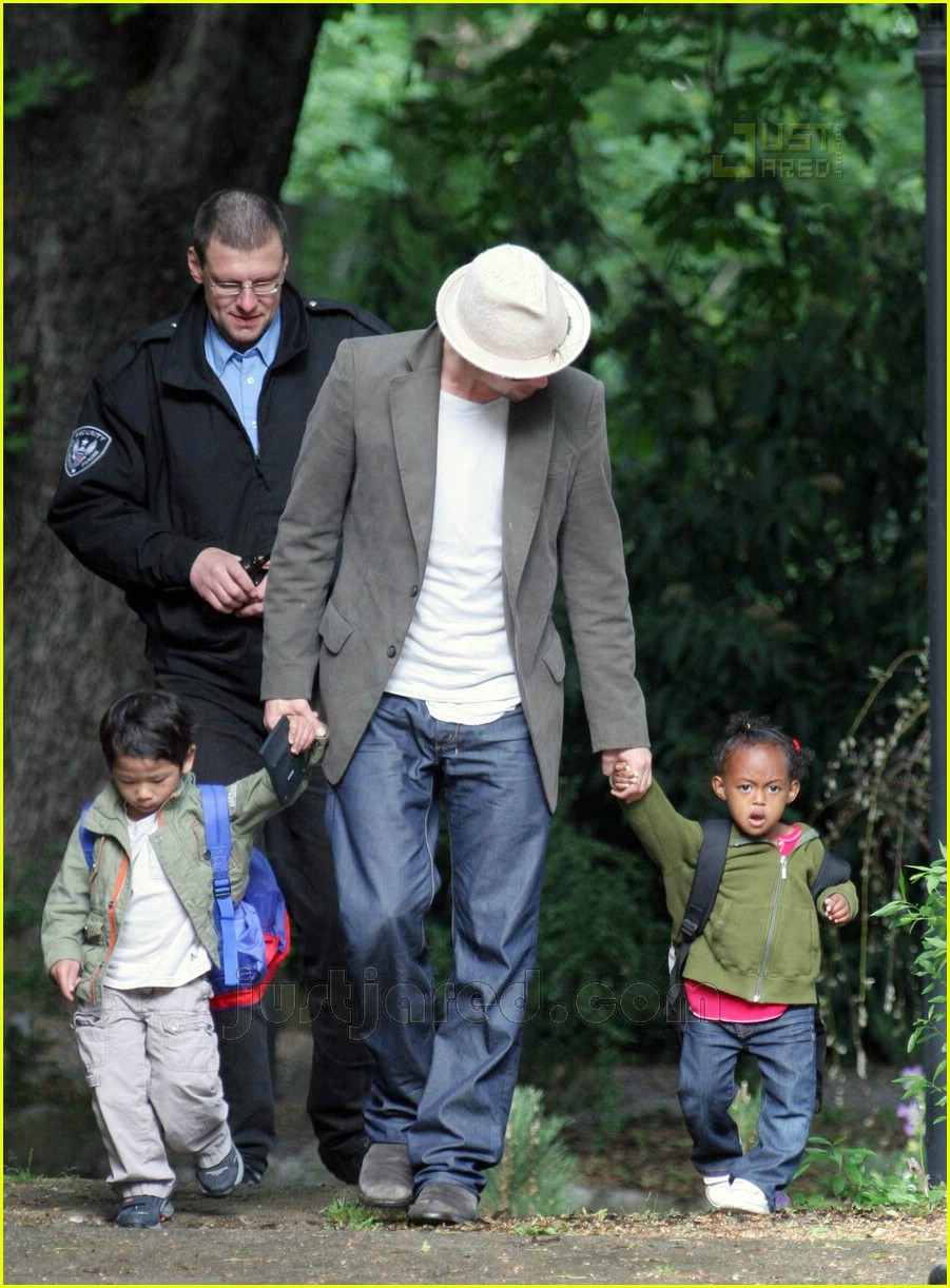 brad pitt dropping off kids 01