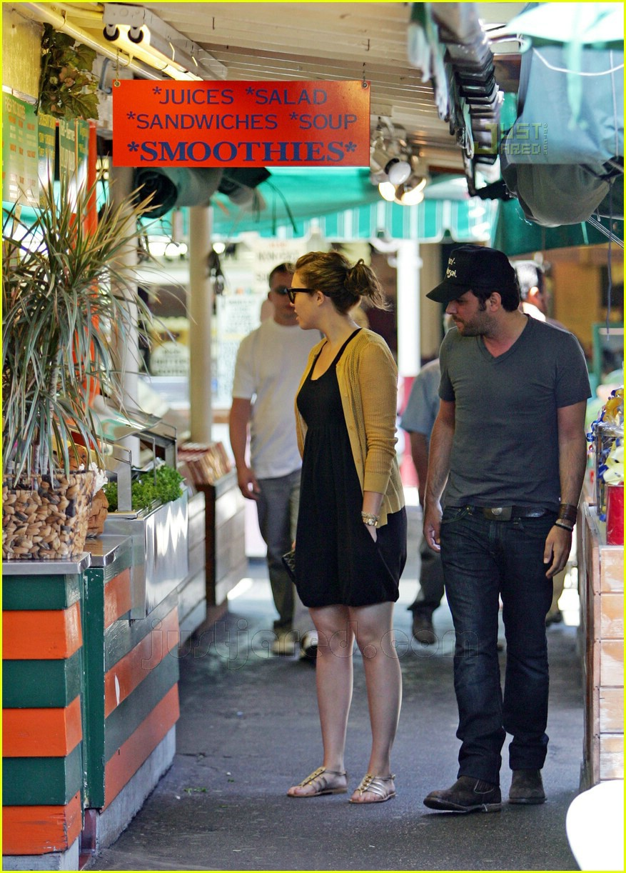 greg laswell mandy moore holding hands 02