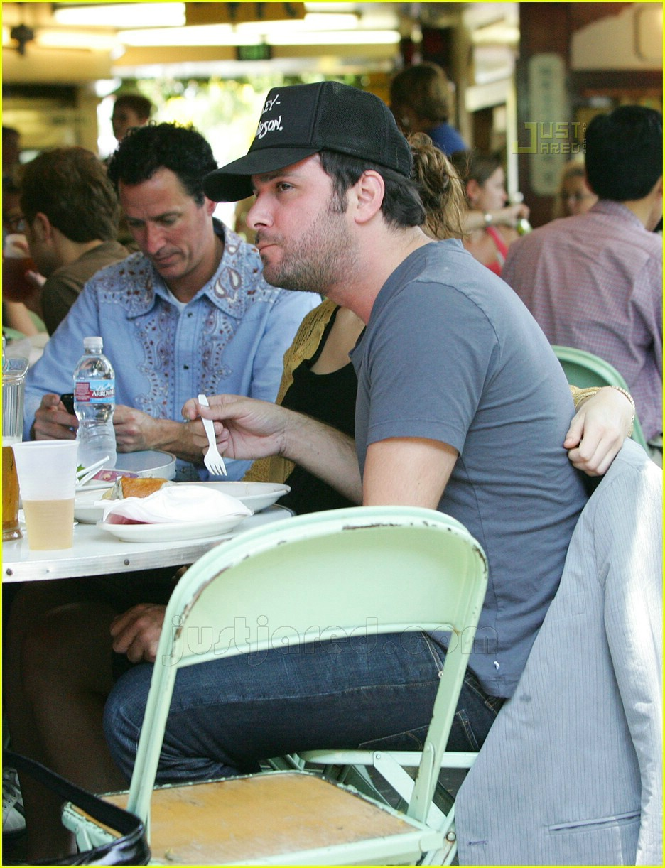 greg laswell mandy moore holding hands 05