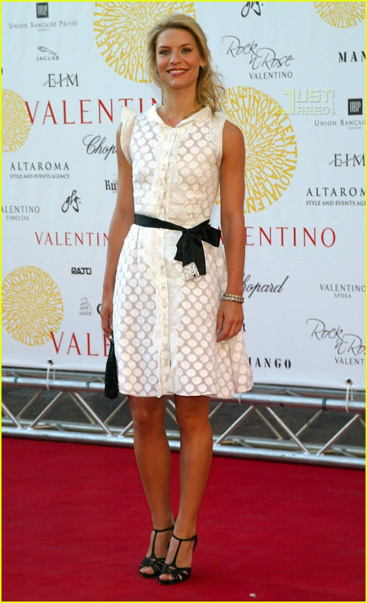 Full Sized Photo of claire danes valentino show 03