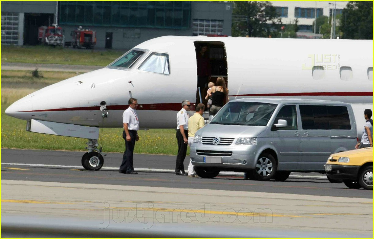 jolie pitts private jet 04494251