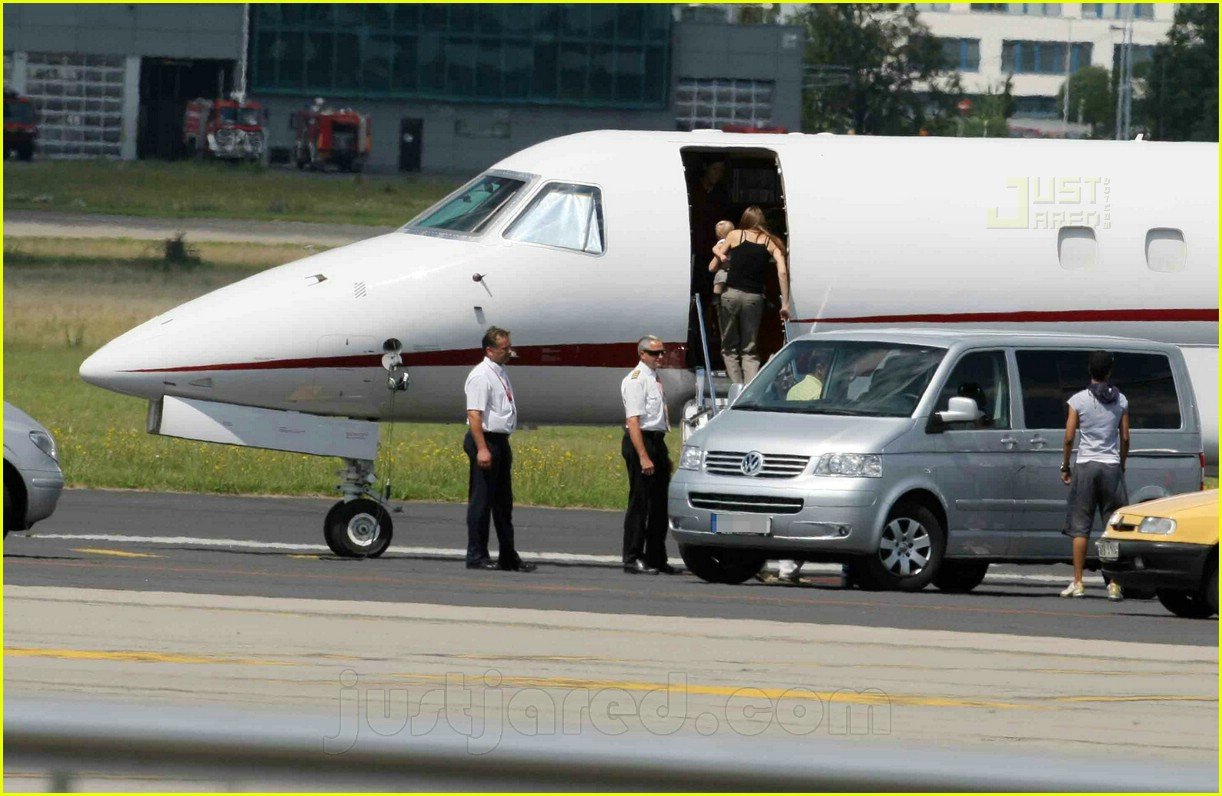 jolie pitts private jet 10