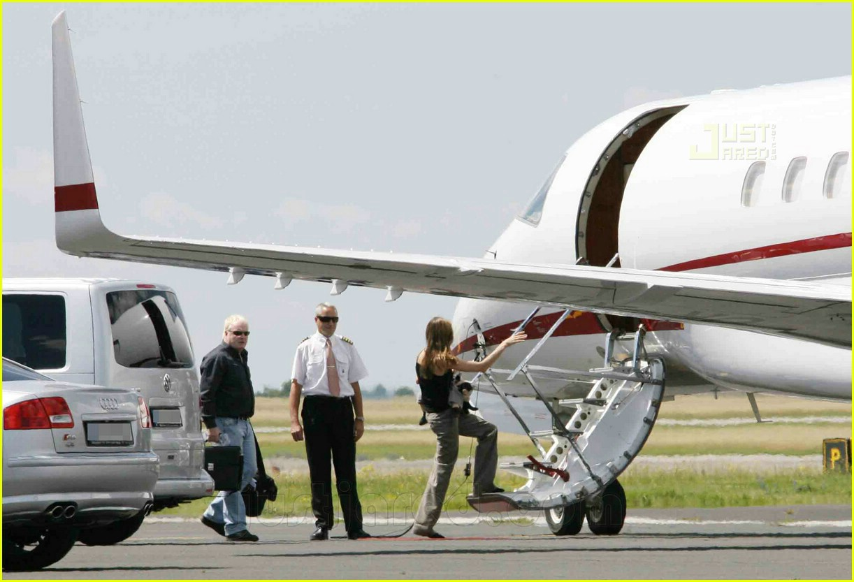 jolie pitts private jet 17