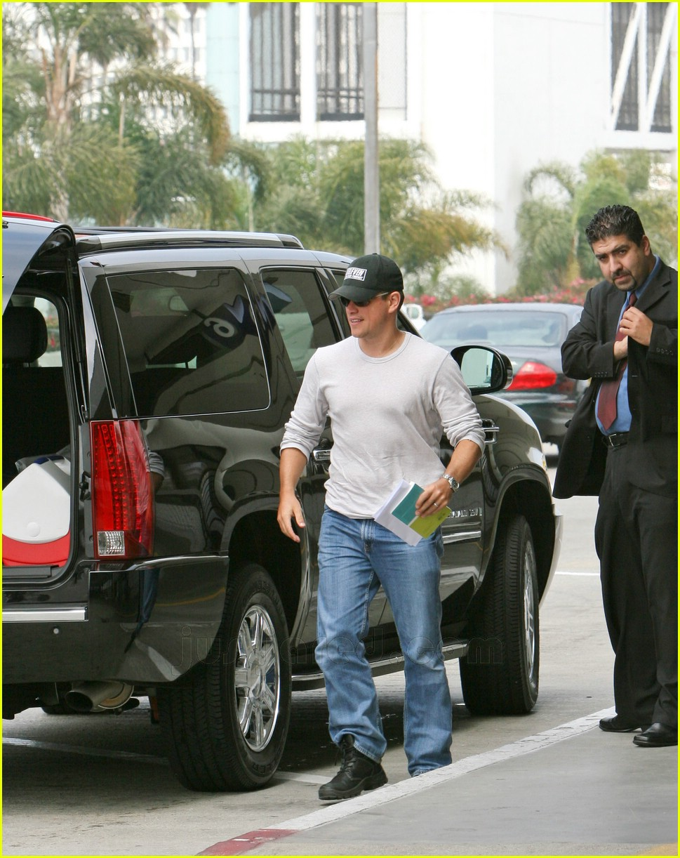 matt damon lax airport 01