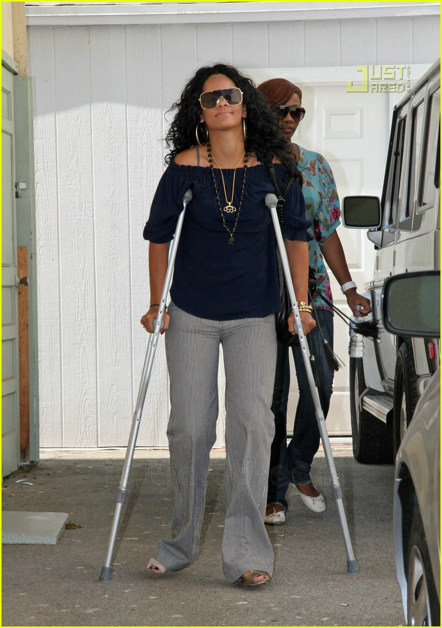 rihanna crutches 02