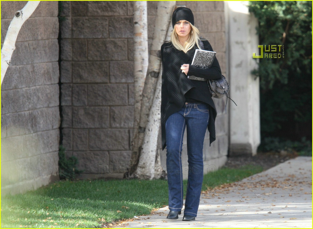 lindsay lohan checking out of rehab 01