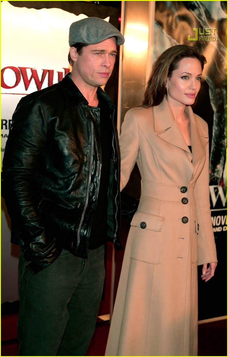 brad kissing angelina beowulf premiere 69711481