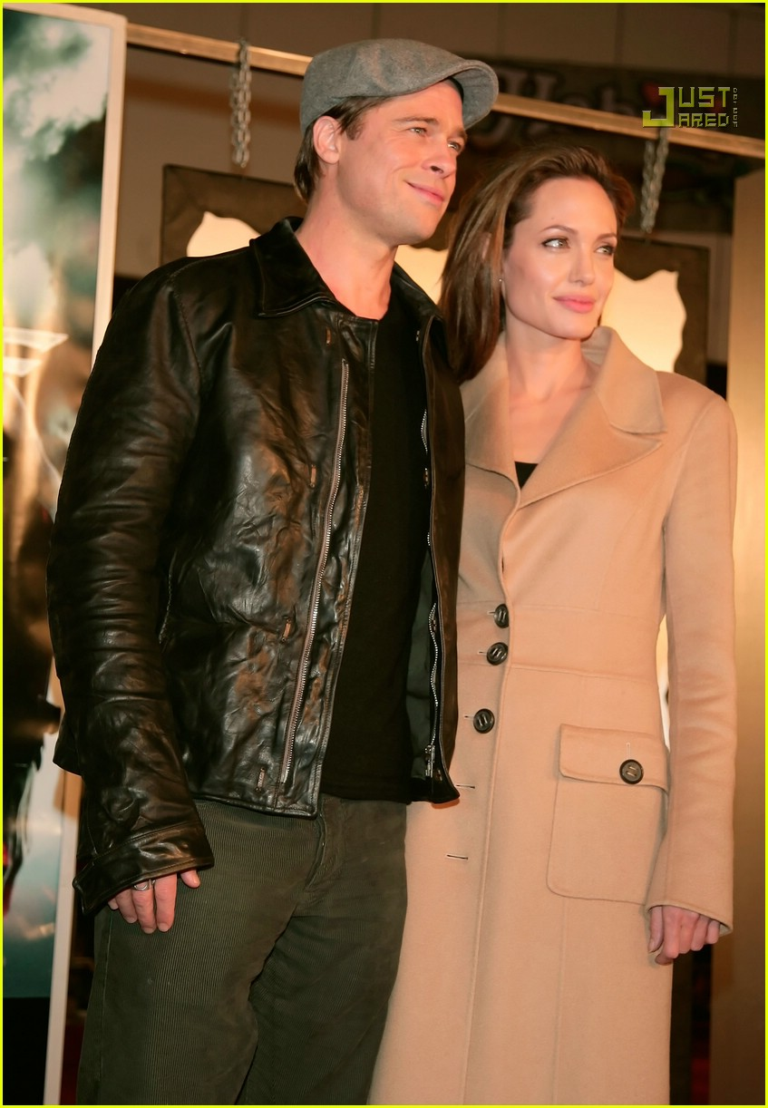 brad kissing angelina beowulf premiere 85