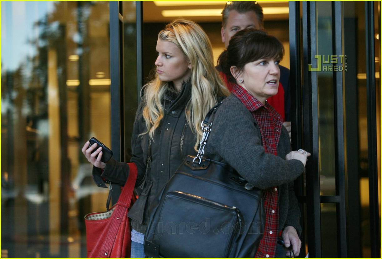 jessica simpson laying low 06812571