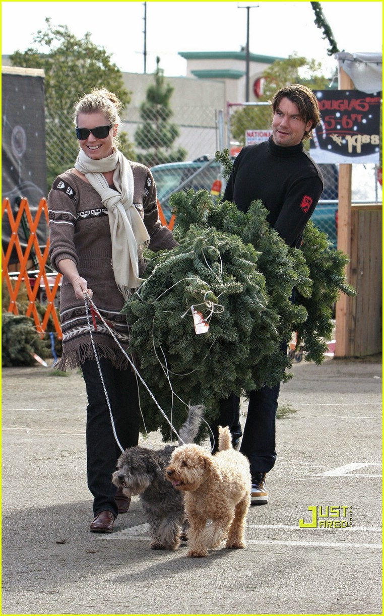 rebecca romijn jerry oconnell christmas tree 04