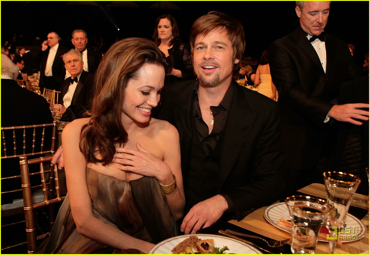 brad angelina kissing sag awards 01
