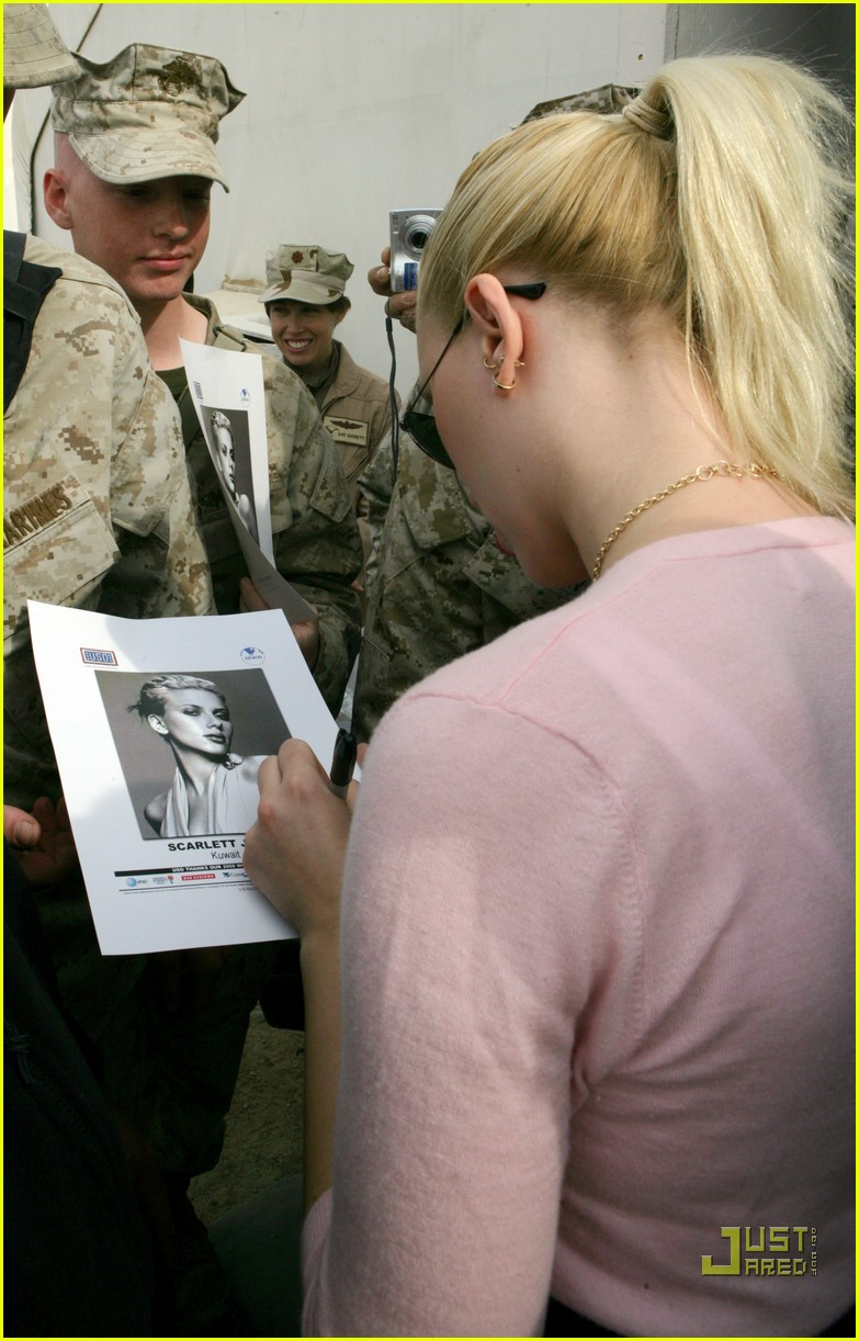 scarlett johansson visits the troops 02