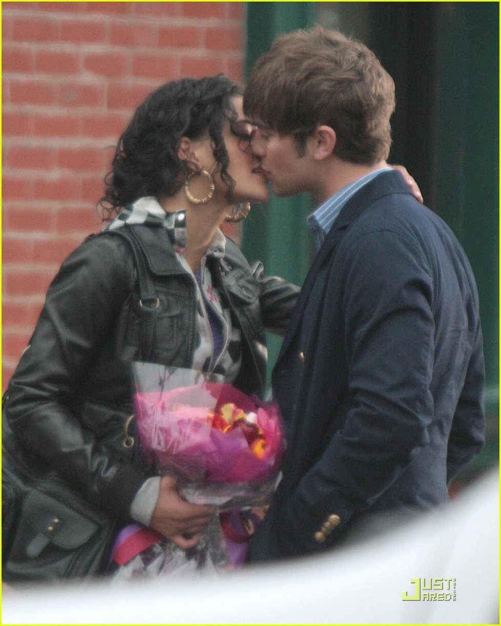 chace crawford kissing jessica szohr 01