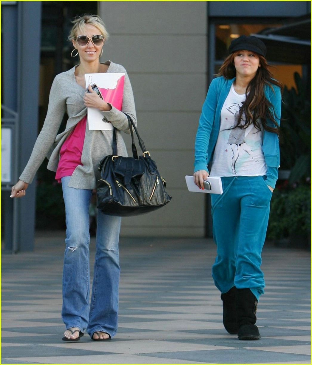 miley cyrus cheesecake factory 051002631