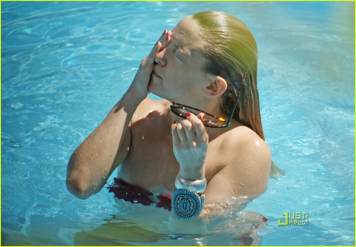 kate hudson ryder pool 22
