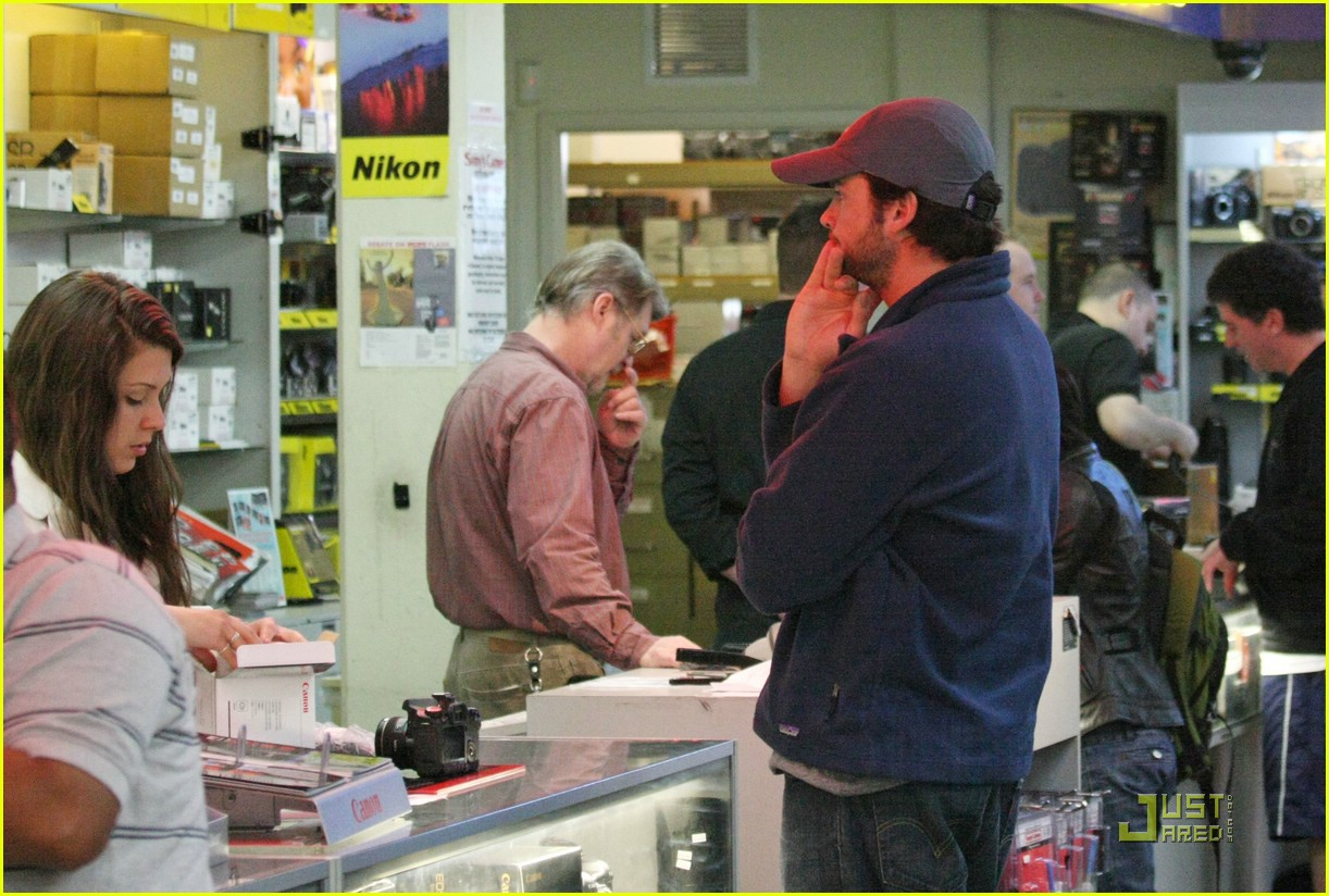 tom welling camera shop stop 04
