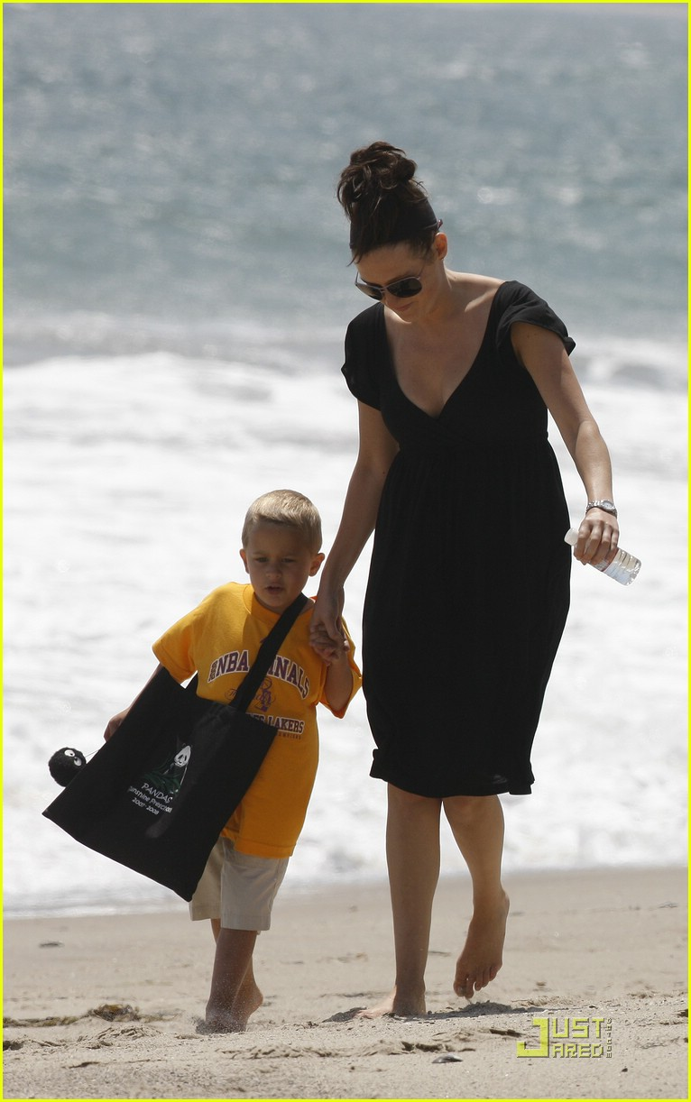 reese witherspoon deacon phillippe beach 02