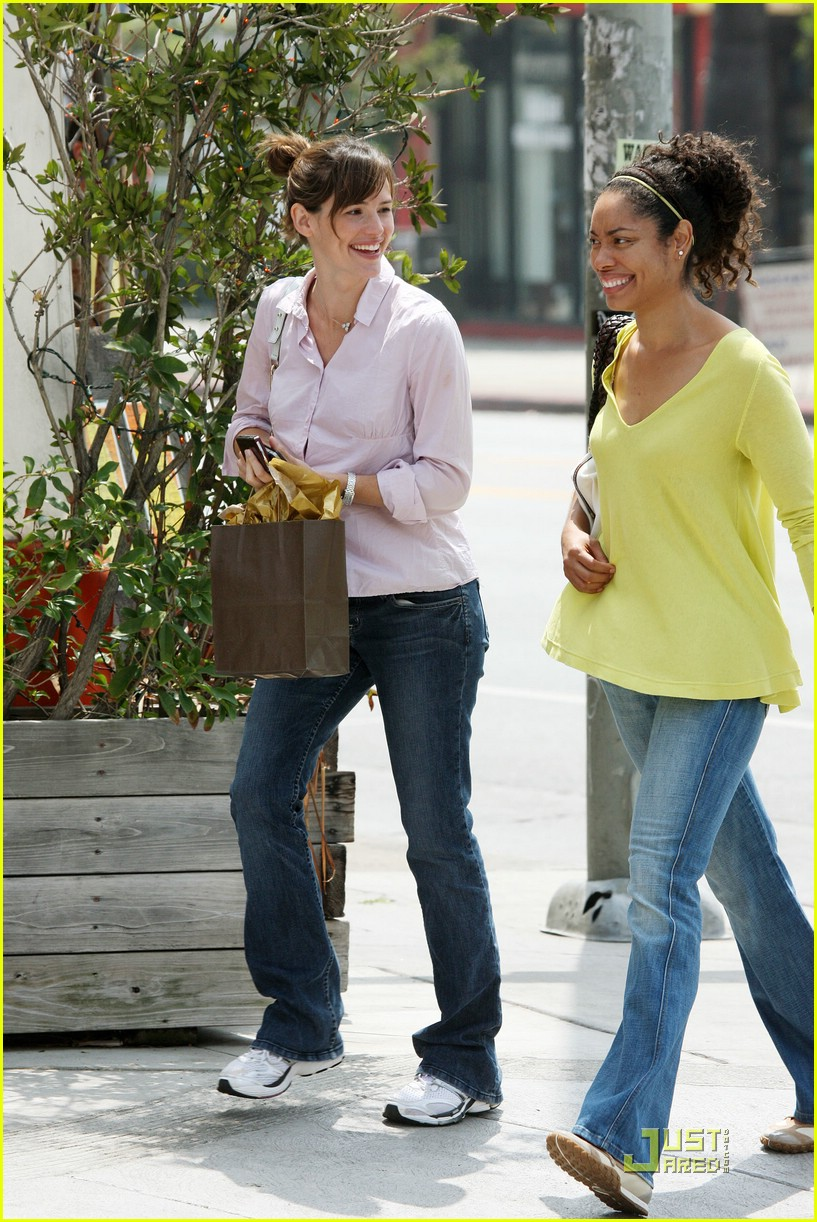 jennifer garner baby bump hidden 021283601