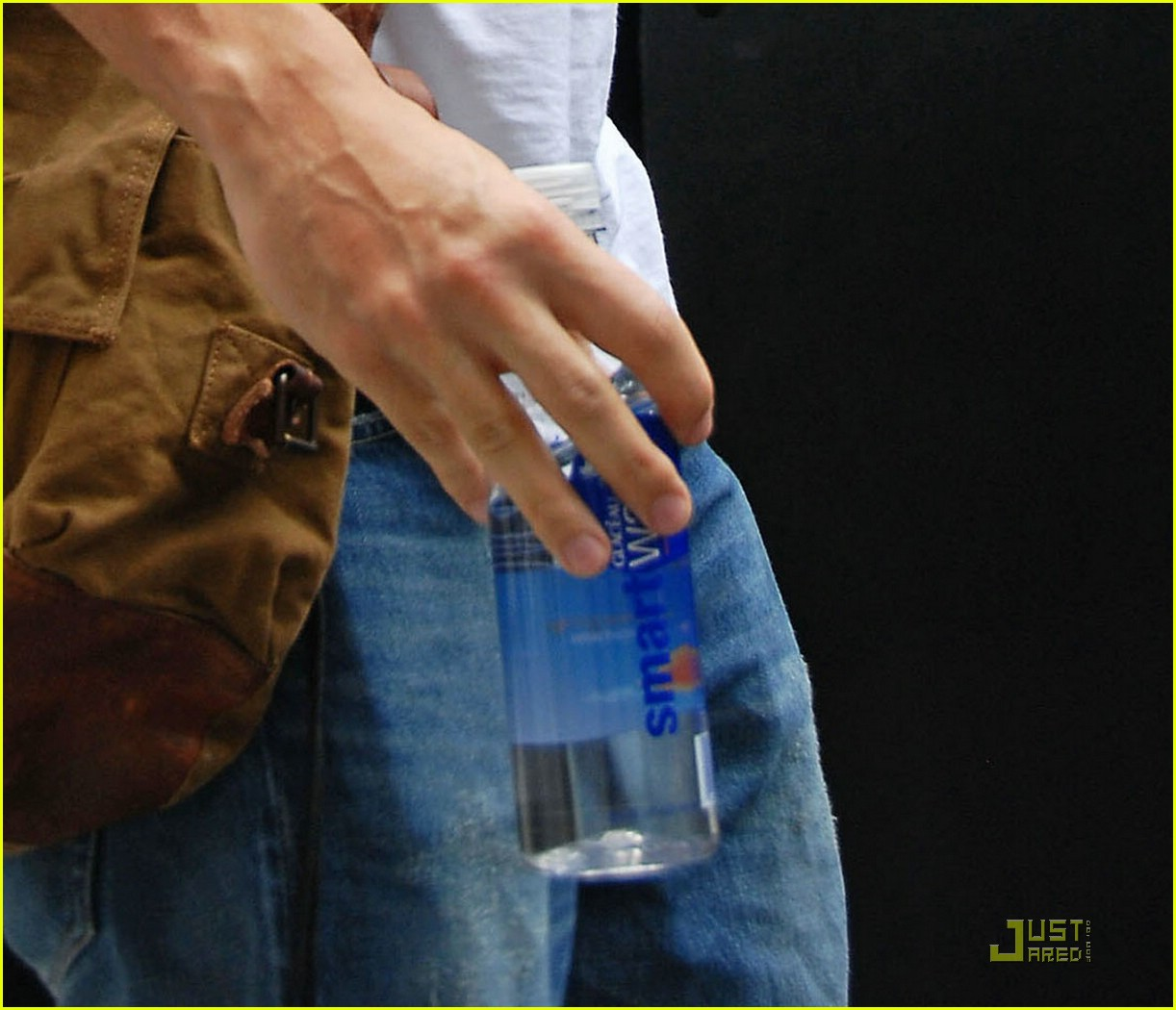 john mayer drinks jen water 04