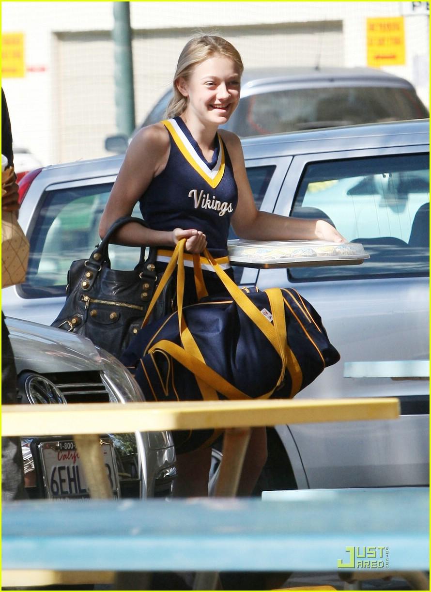 dakota fanning cheerleader 02