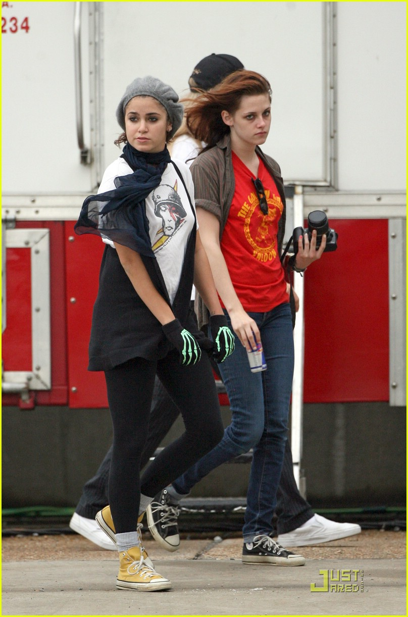 kristen stewart set riley 01