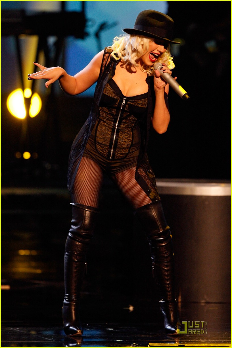 christina aguilera performs 2008 american music awards08