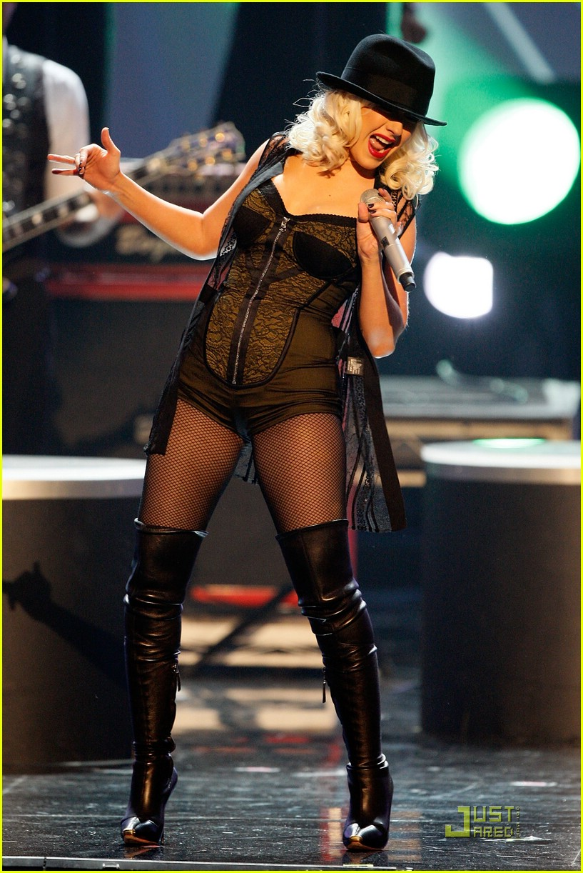christina aguilera performs 2008 american music awards21