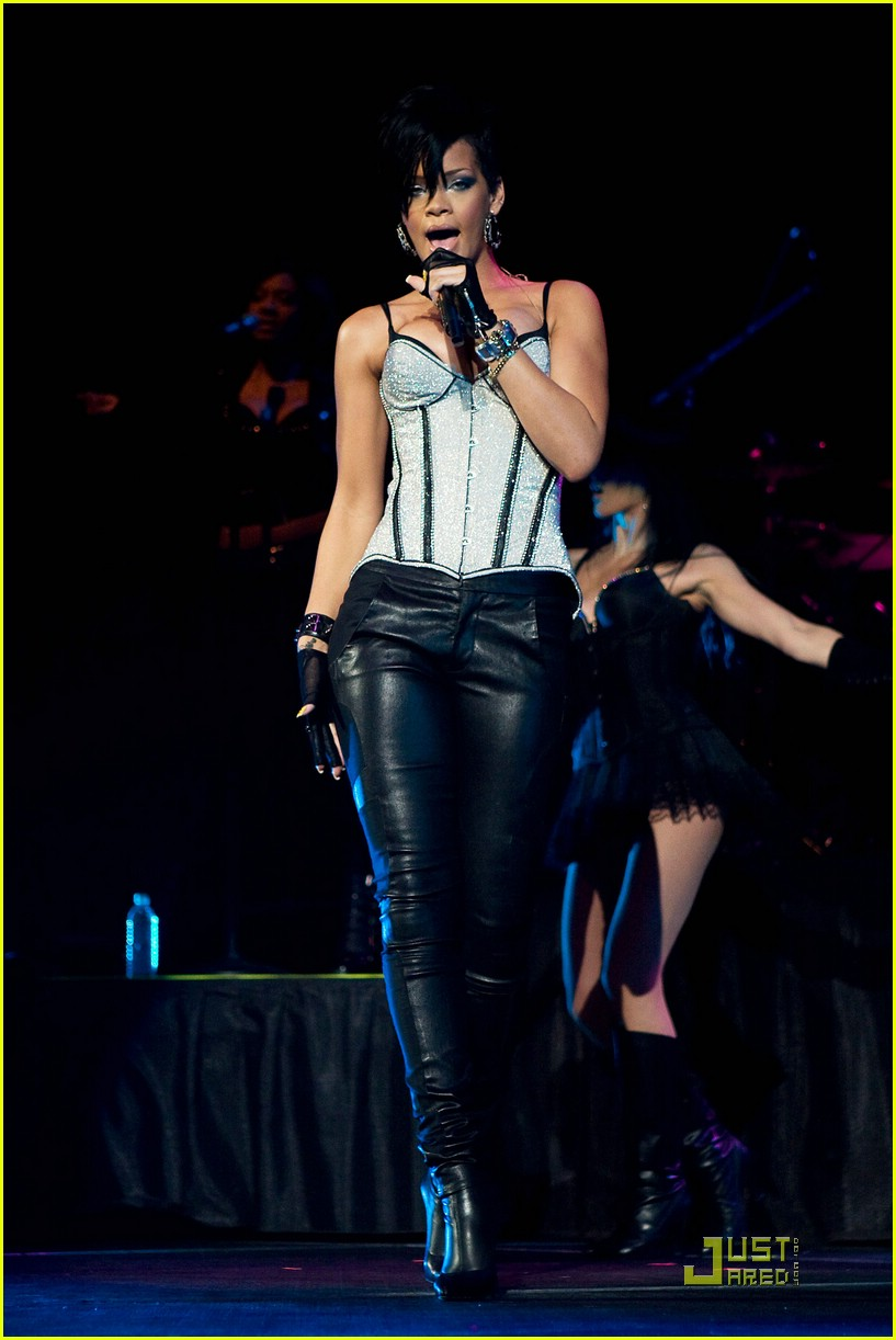 rihanna b96 jingle bash 22