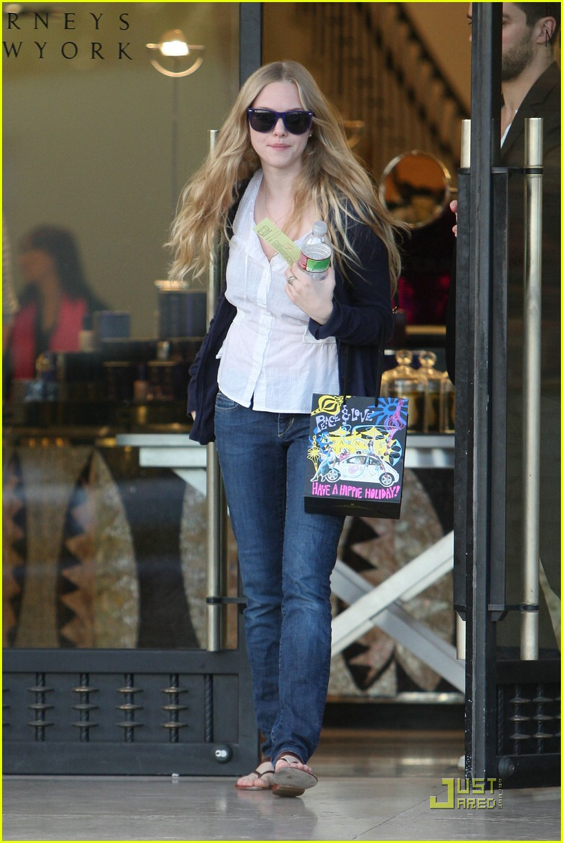 dating amanda seyfried Former couple dominic cooper and amanda seyfried, who dated after meeting on the set of mamma mia in 2007, reunited to shoot the.