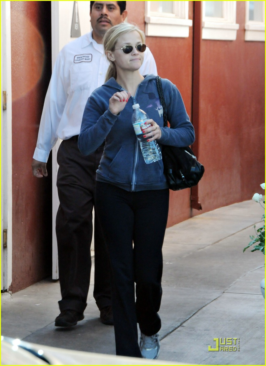reese witherspoon brentwood country mart 08