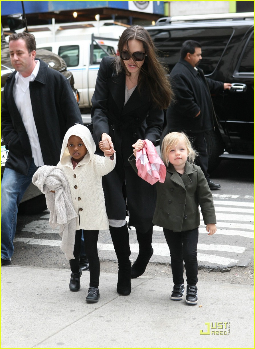 angelina jolie lees art shop shopping 03