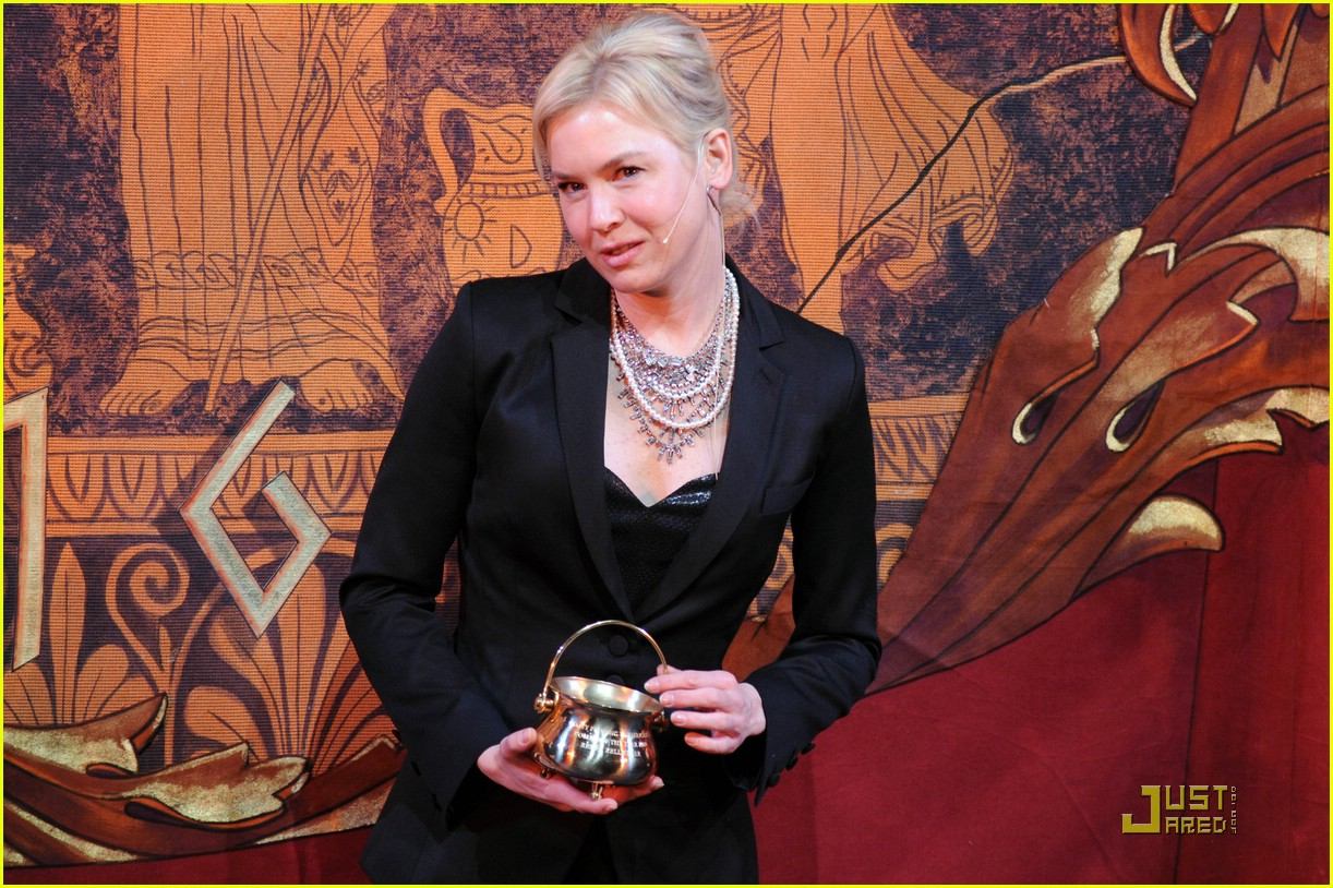 renee zellweger 2009 hasty pudding award 07