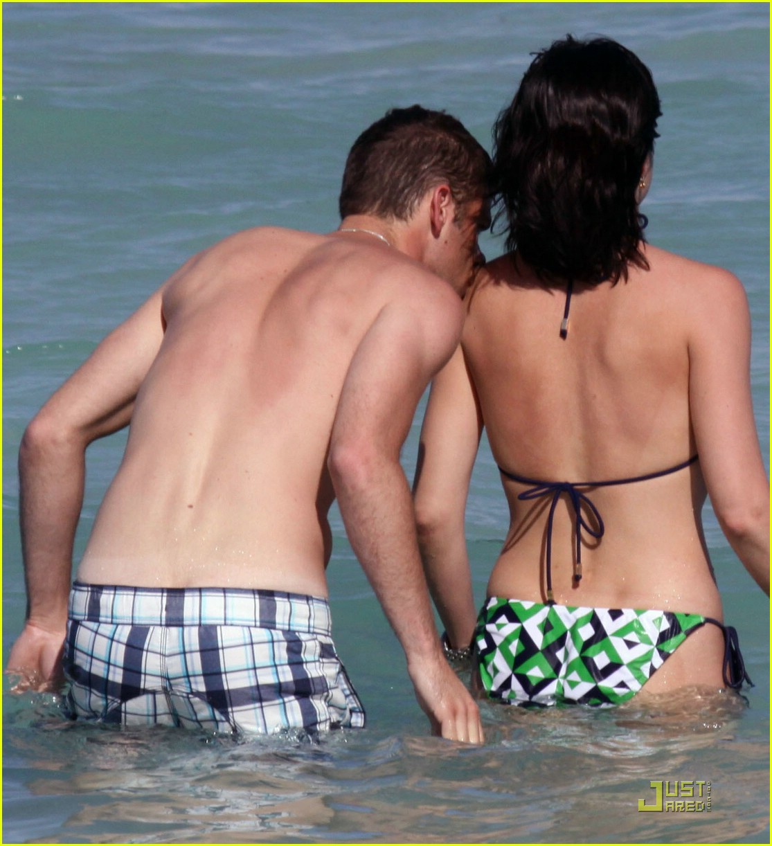 selma blair mikey day beach 01
