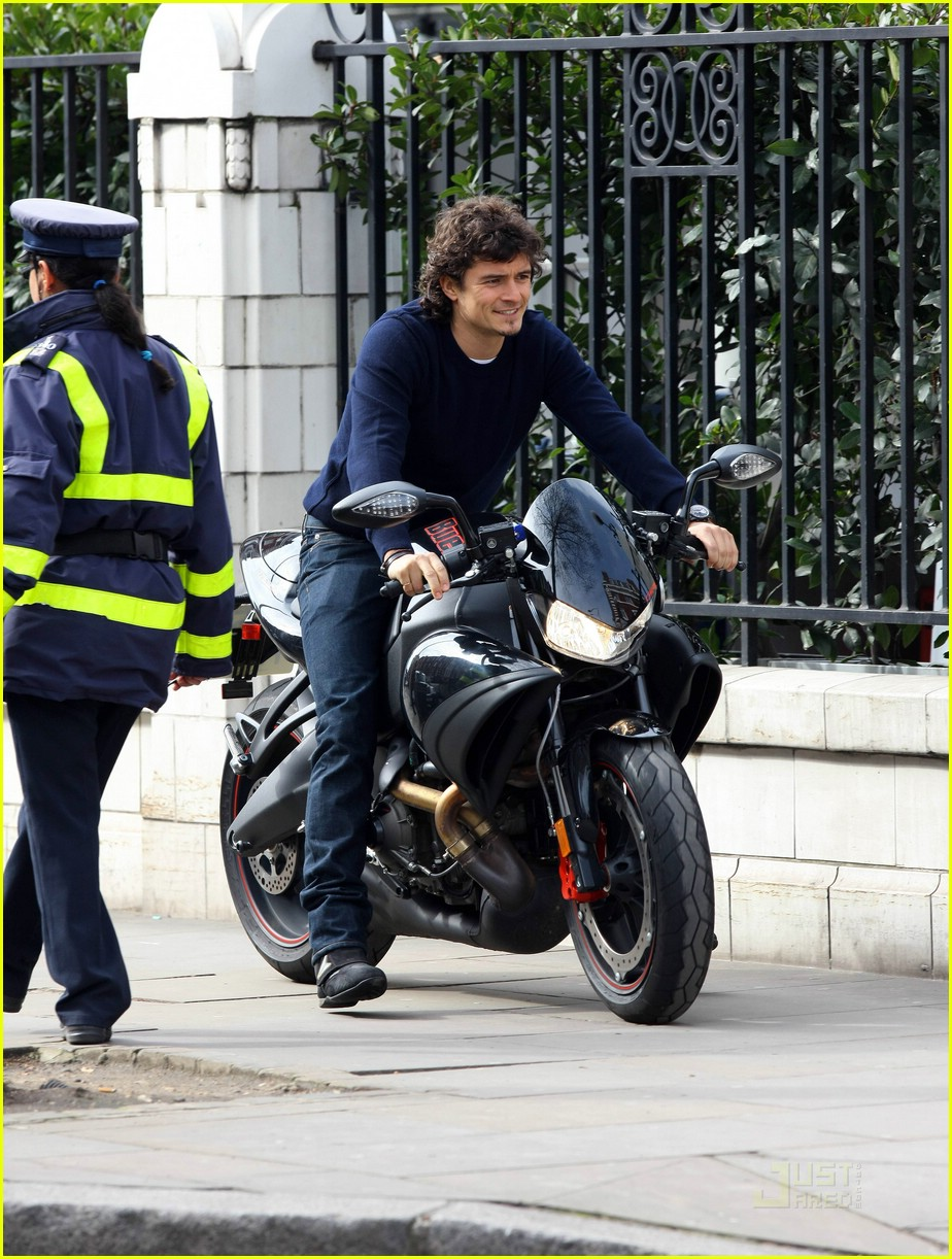 orlando bloom thumbs up 07