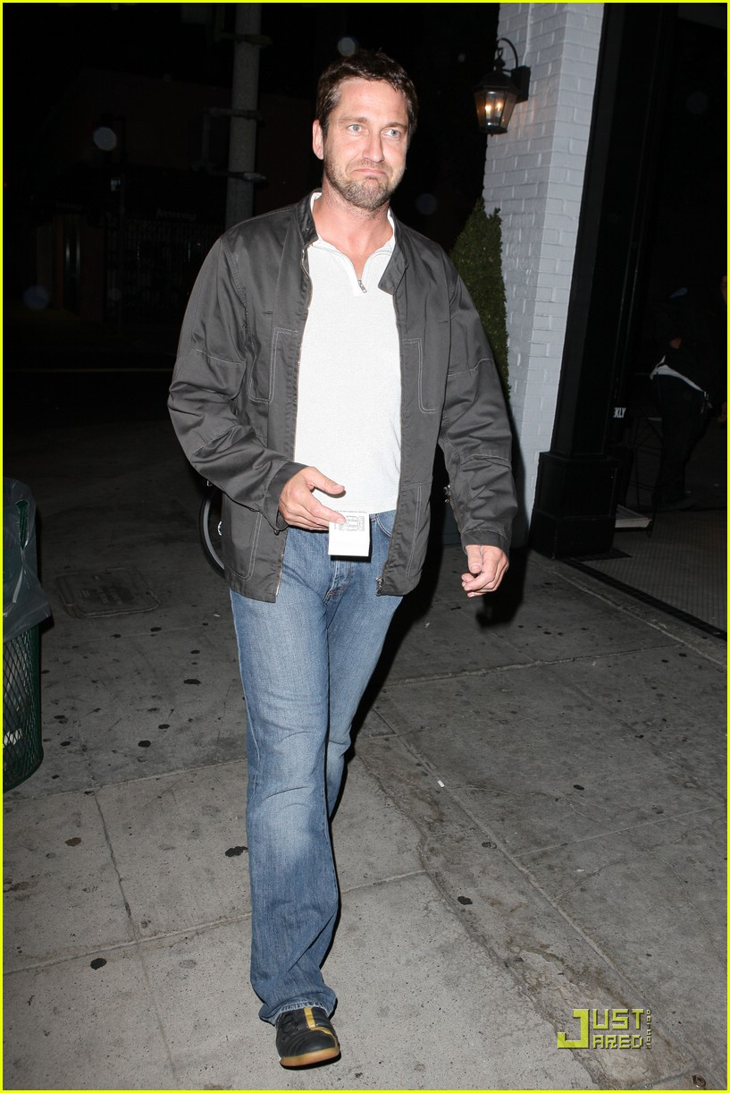 gerard butler visits village idiot 01