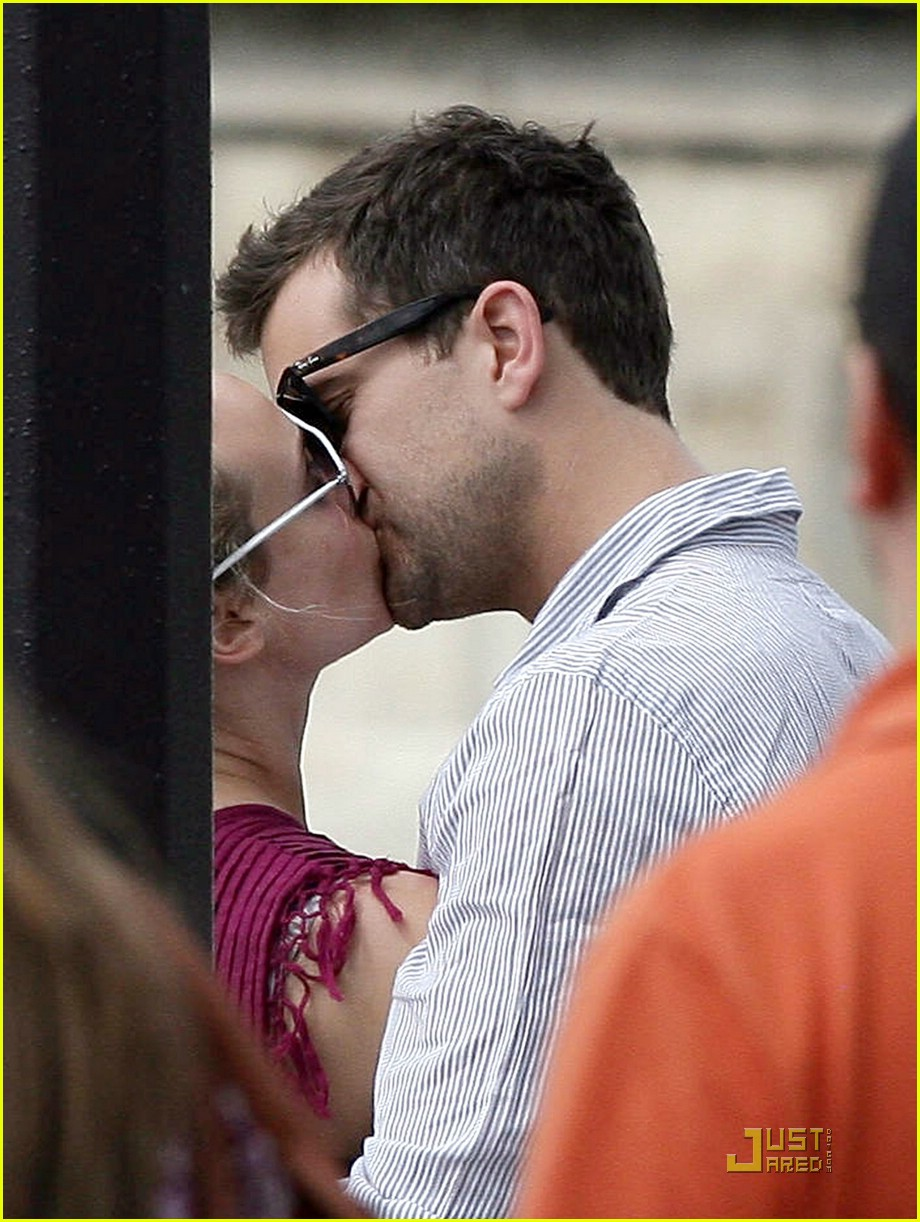 diane kruger joshua jackson kissing couple 02