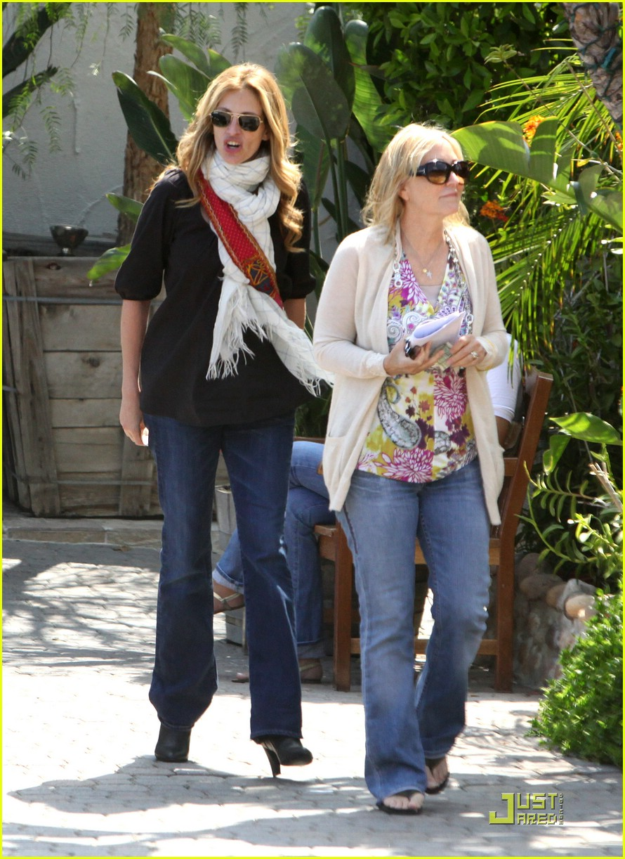 julia roberts meets in malibu 11