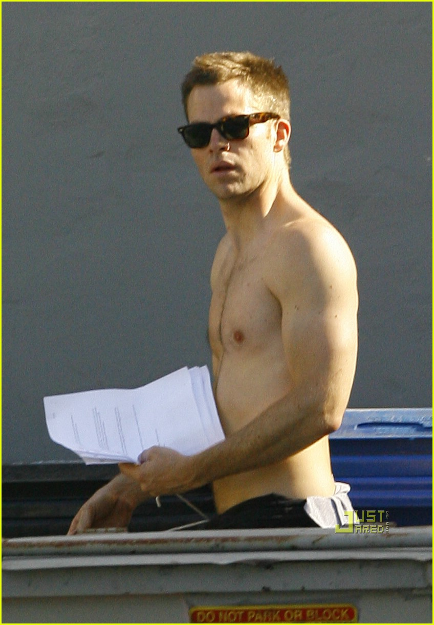 chris pine shirtless picking nose 13
