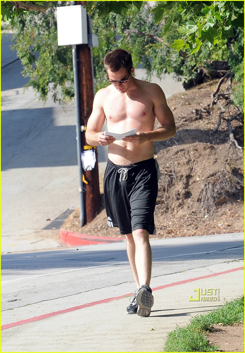 chris pine shirtless picking nose 32