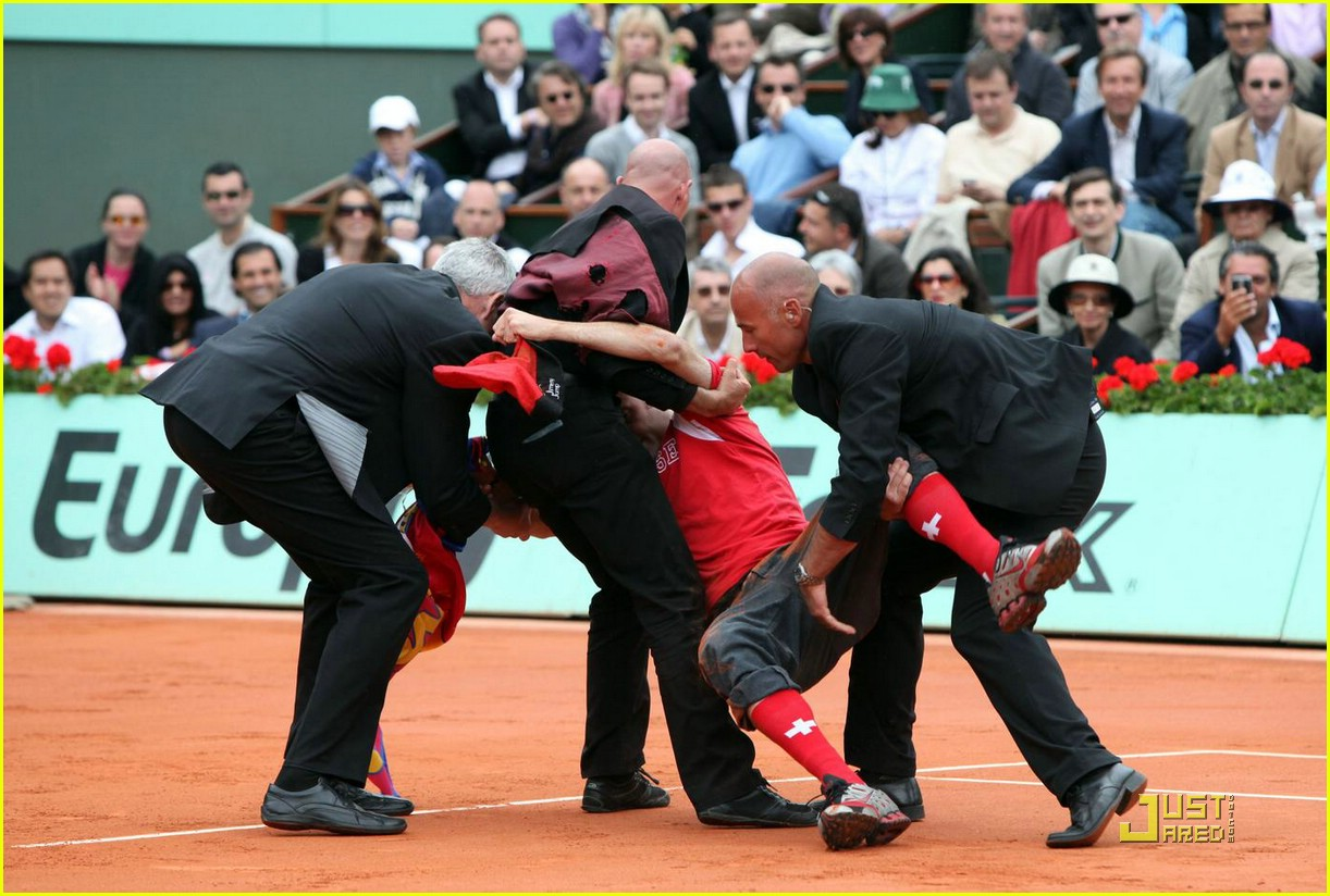 roger federer attacked at french open 01