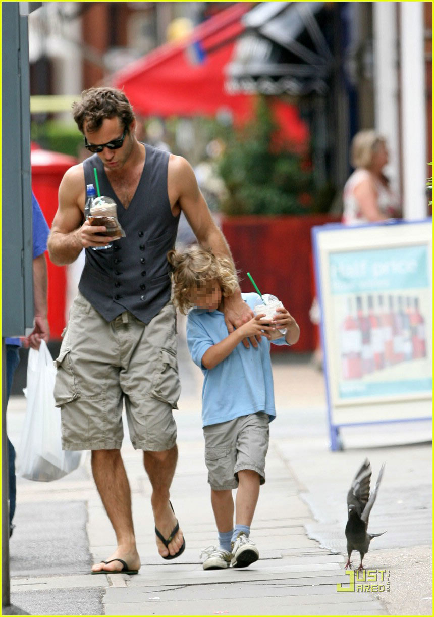 jude law starbucks frappucino 02
