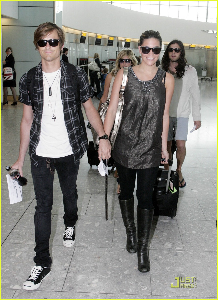 jared followill alisa torres heathrow airport 01