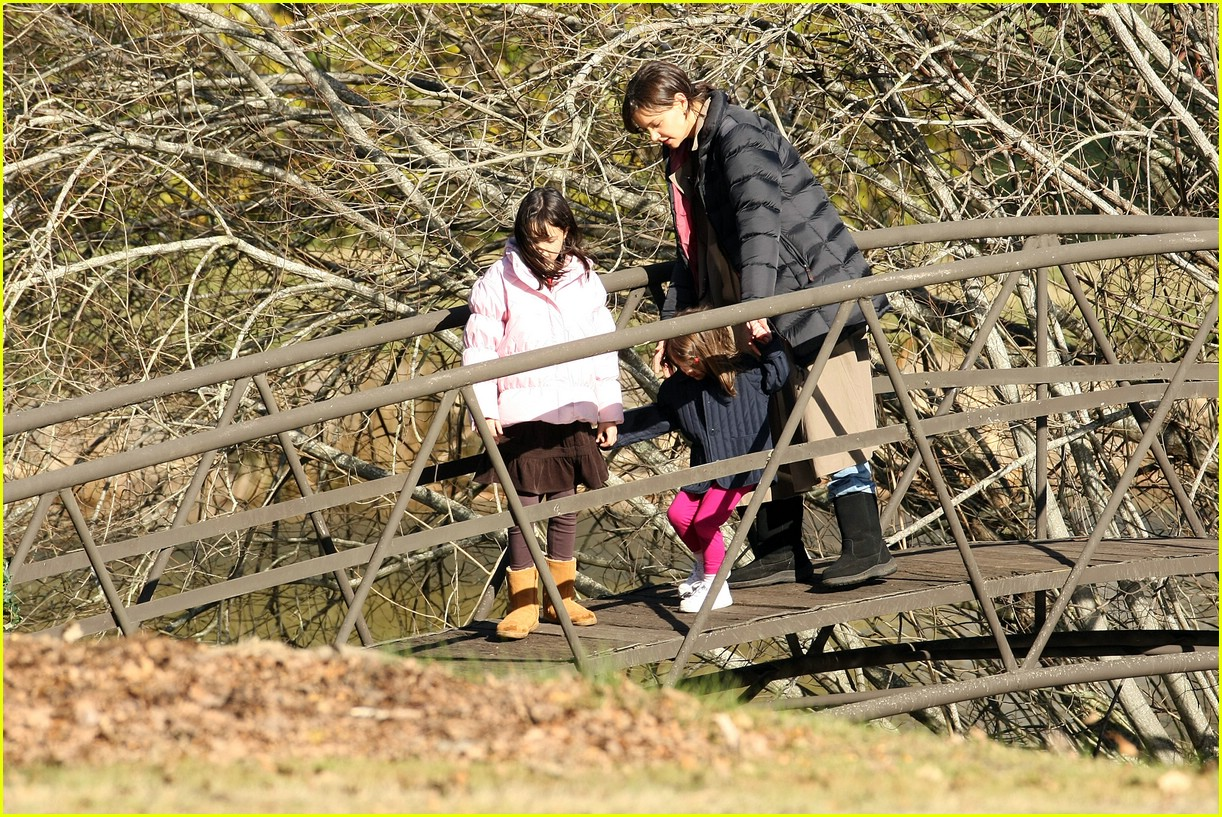 katie holmes explores the australian bush 052066001