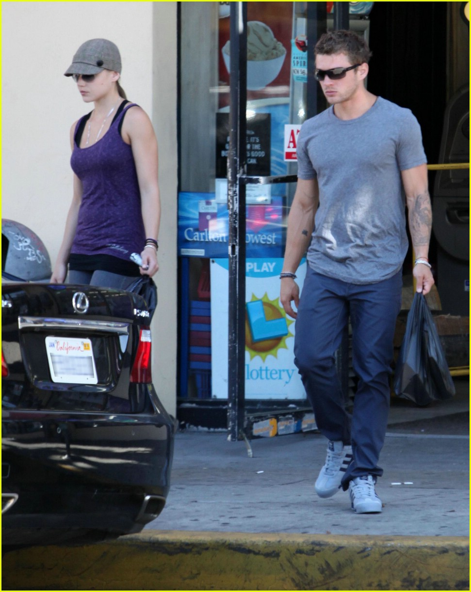 ryan phillippe picks up liquor 03