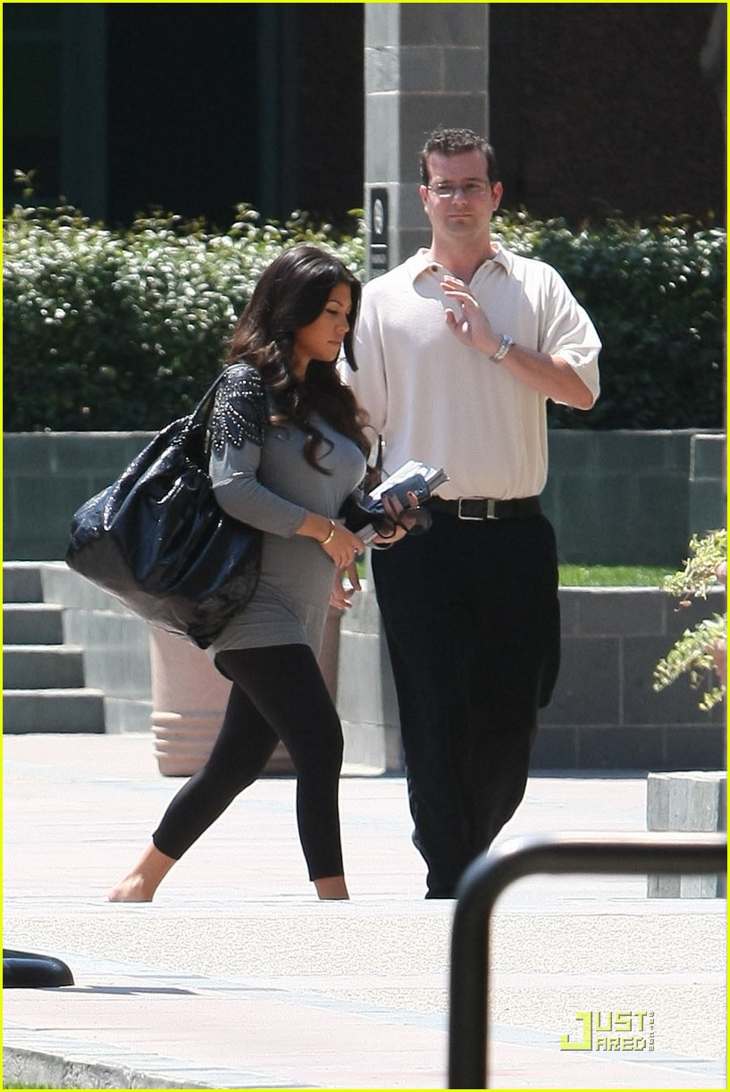 kourtney kardashian bigger baby bump 14